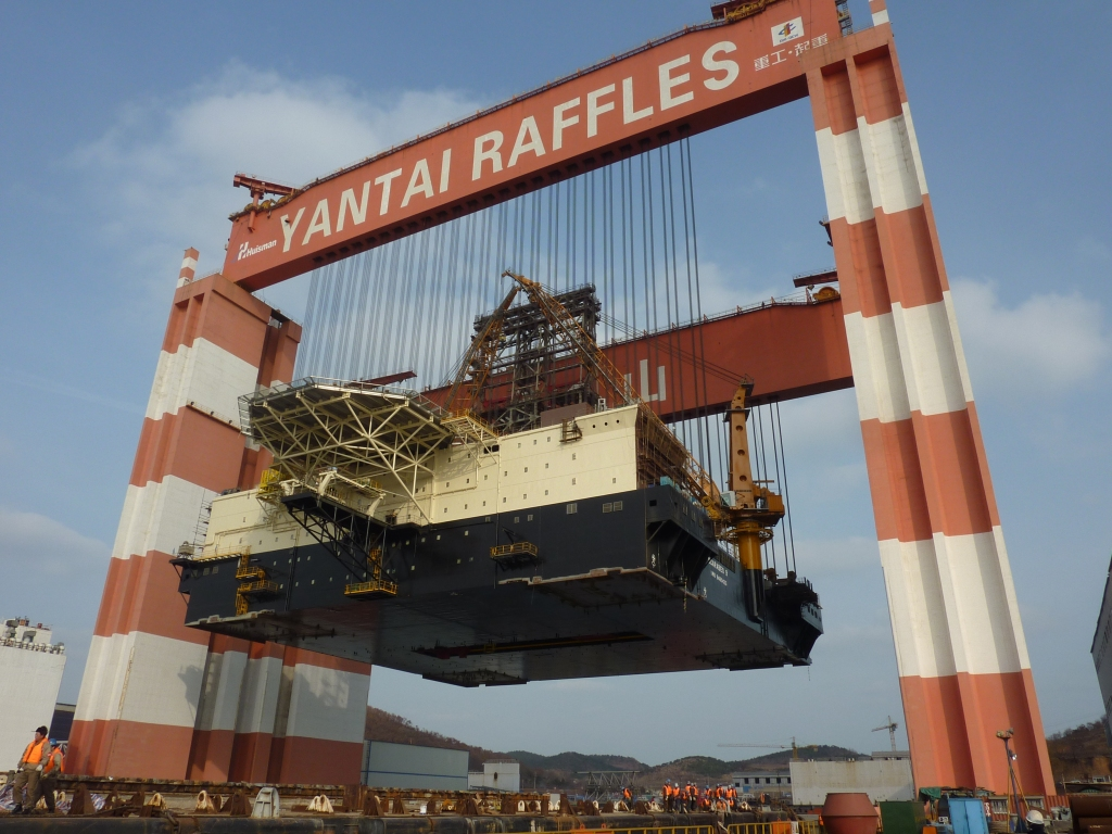The world's largest gantry crane Taisun lifting the deck box of the Scarabeo 9 semi-submersible drilling rig